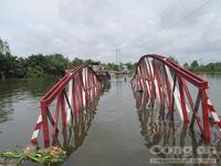 Cầu sắt 3 tỷ đồng bị sà lan kéo chìm dưới kênh