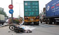 Xe máy qua đường va chạm xe container, 2 người tử vong