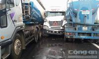 Tránh vết dầu loang trên đường, 3 xe tải 'dính nhau'