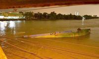 Sà lan tông cầu Rạch Đỉa ở Sài Gòn, 3 người nhảy sông thoát chết