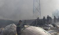 Hàng chục lính cứu hỏa chữa cháy xưởng phế liệu lúc sáng sớm
